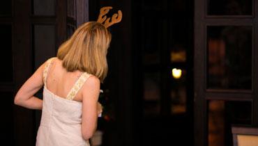 Девушка-блондинка с оленьими рожками