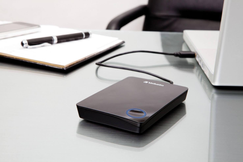 Внешний жесткие диск Verbatim лежит на столе