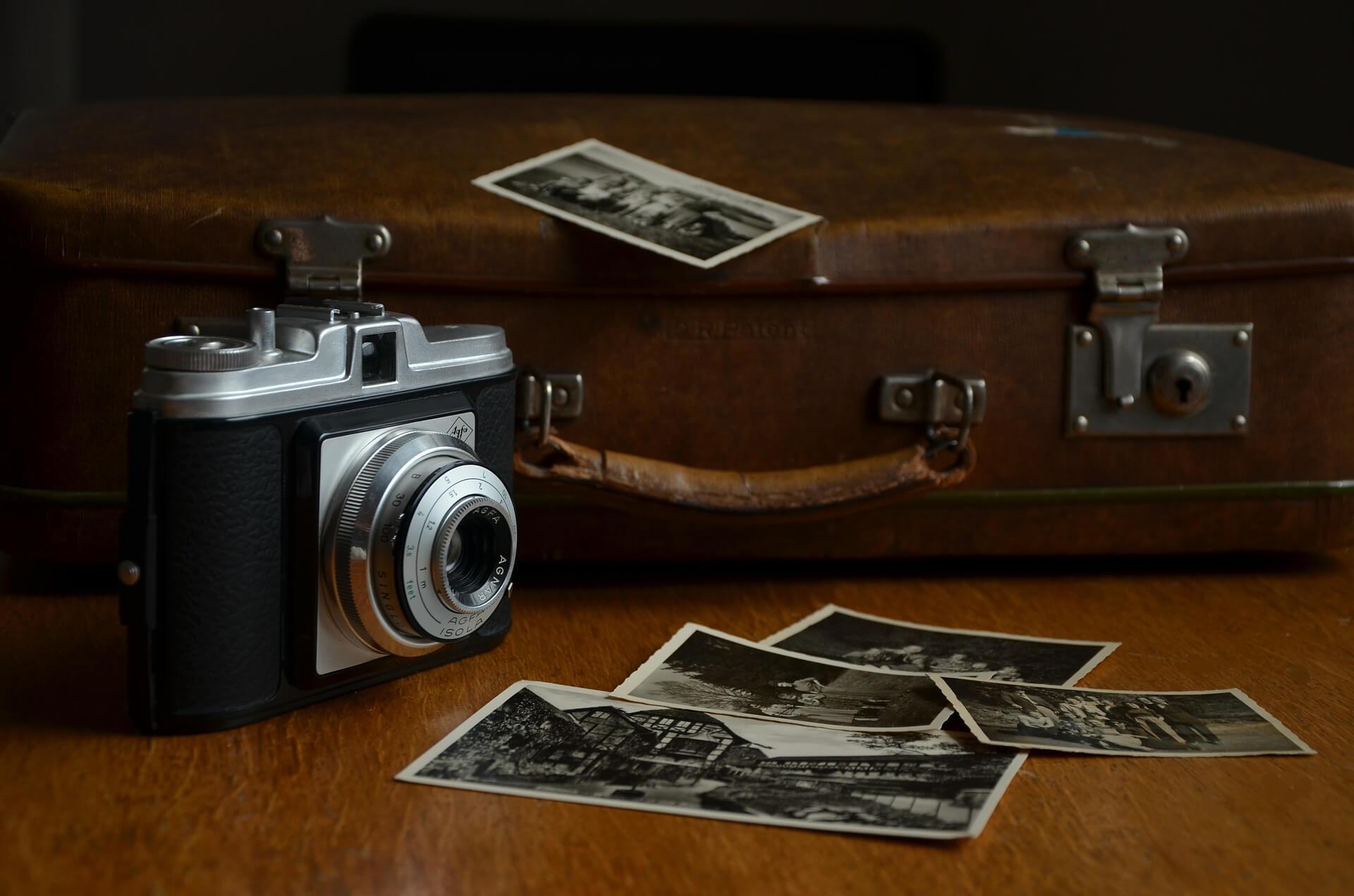 Старый фотоаппарат и черно-белые фотографии