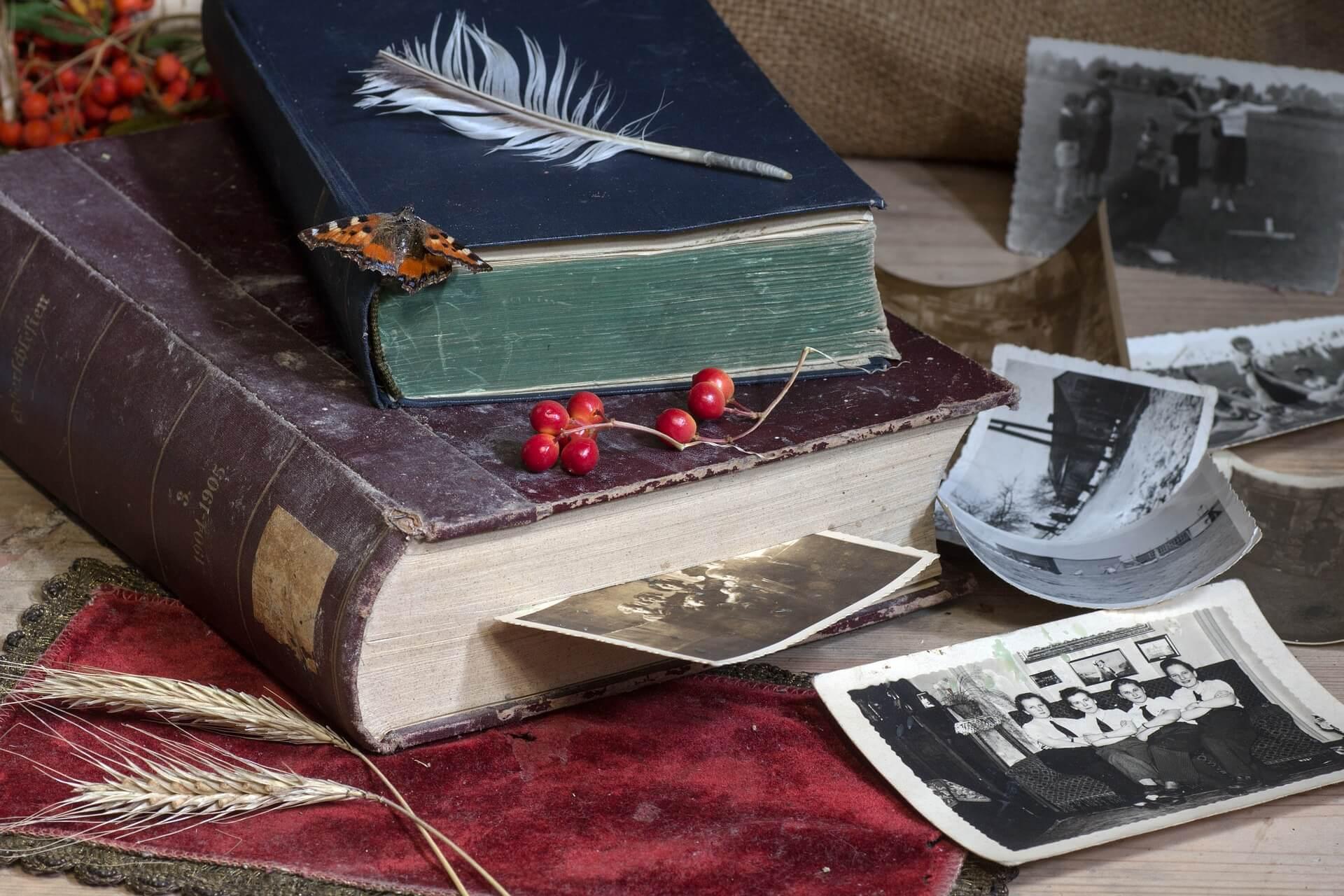 Старые книги и черно-белые фотографии