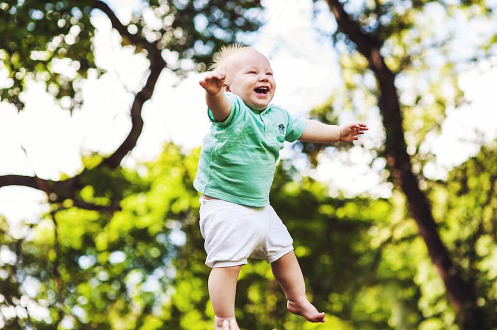 Мальчика подбросили в воздух
