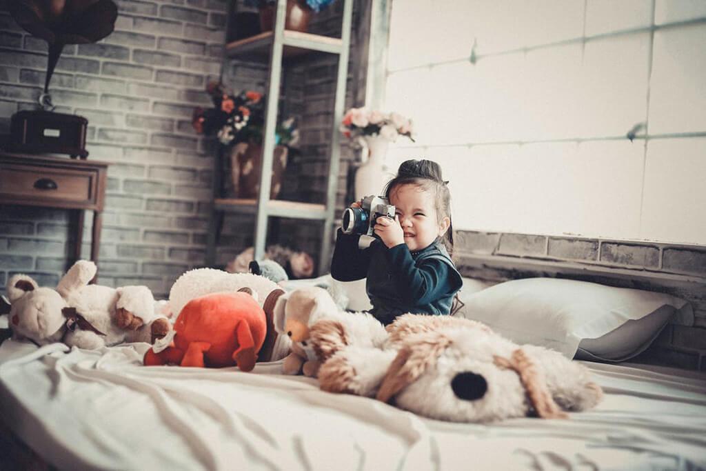 Девочка в фотоаппаратом