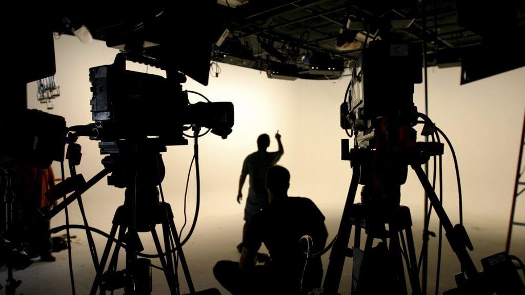 Киновидеокамеры и осветительное оборудование.Дэвид Самуэльсон