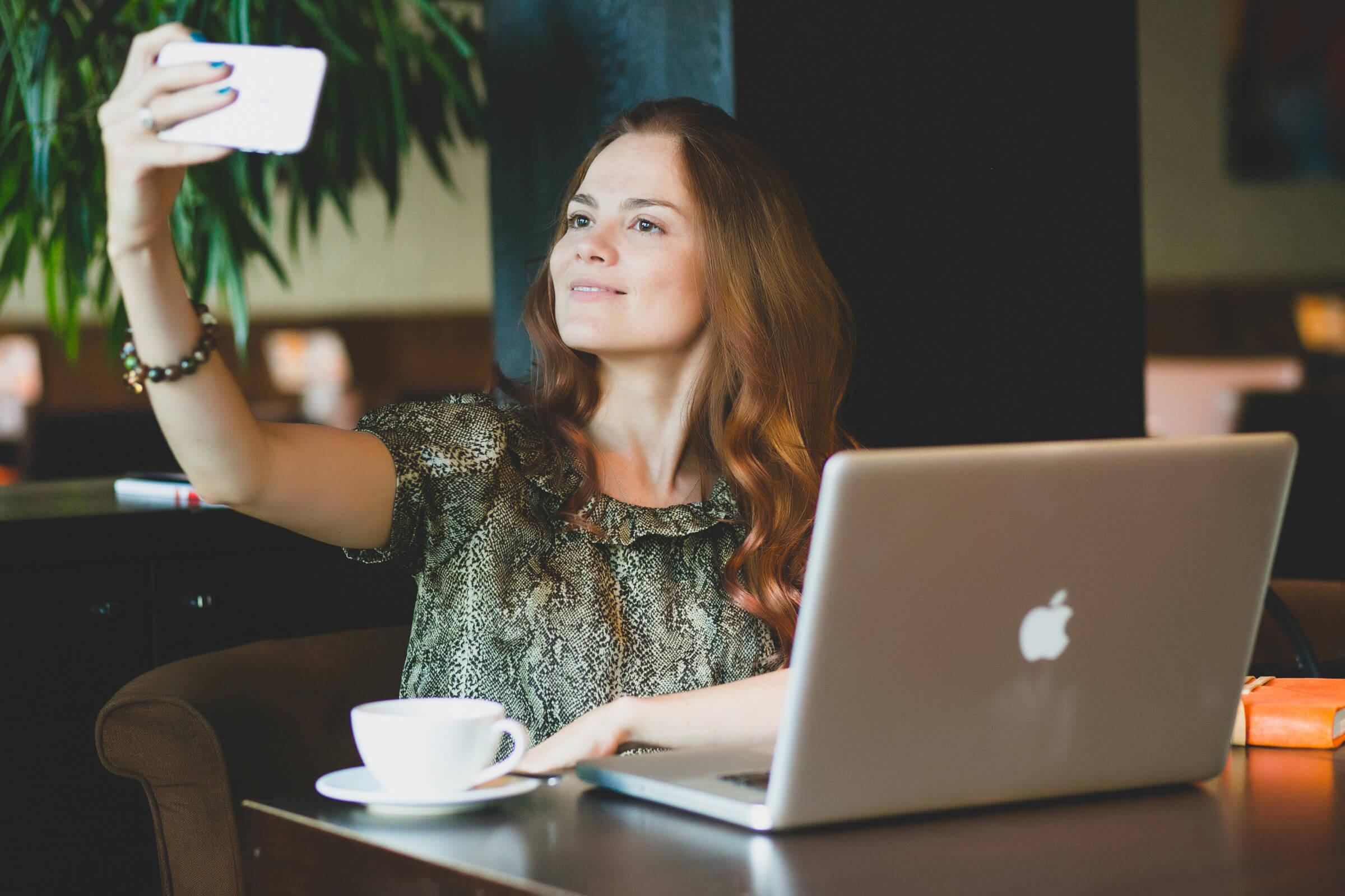Девушка снимает себя на смартфон