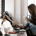 Девушка с ноутбуком и кофе