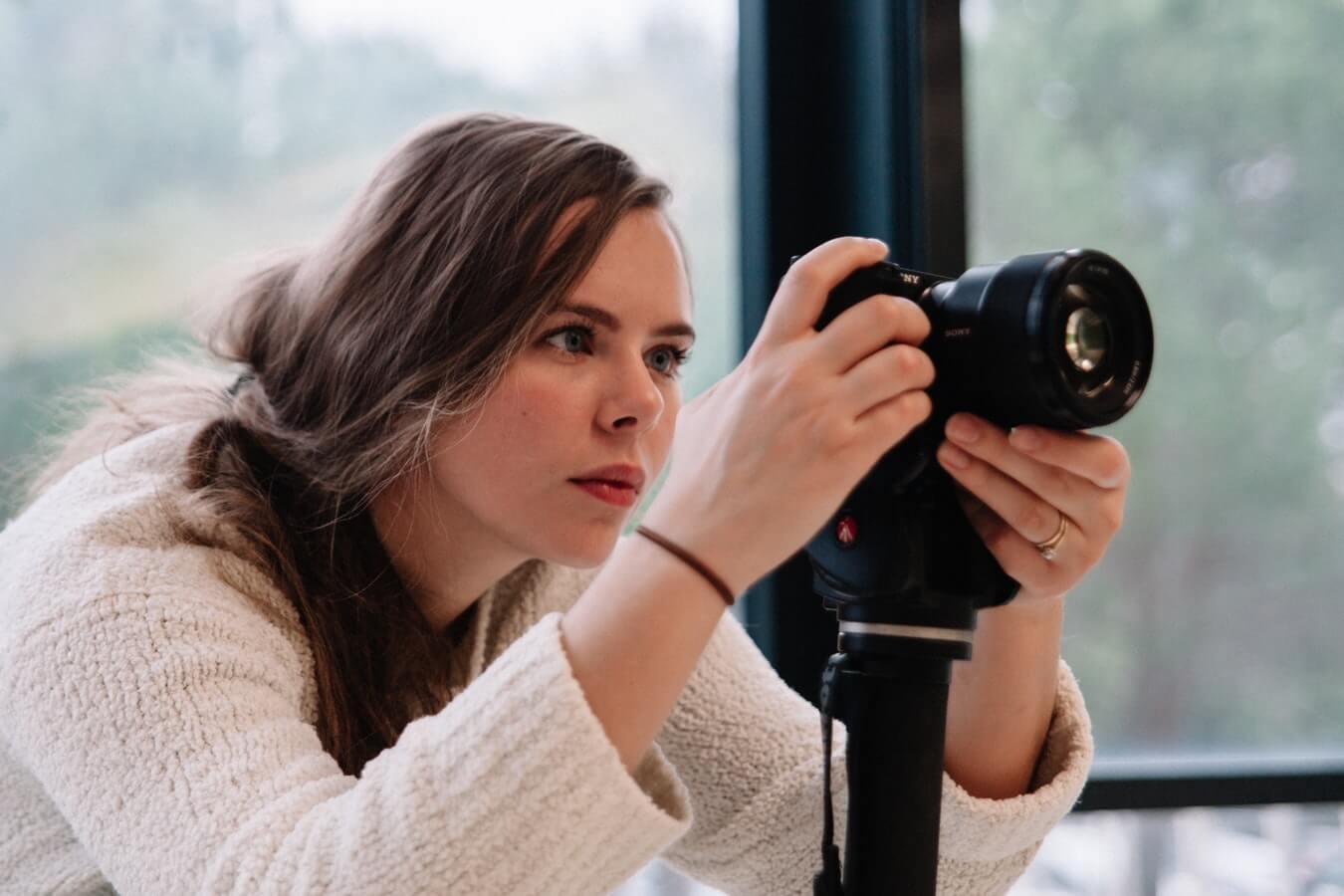 Красивая девушка-фотограф