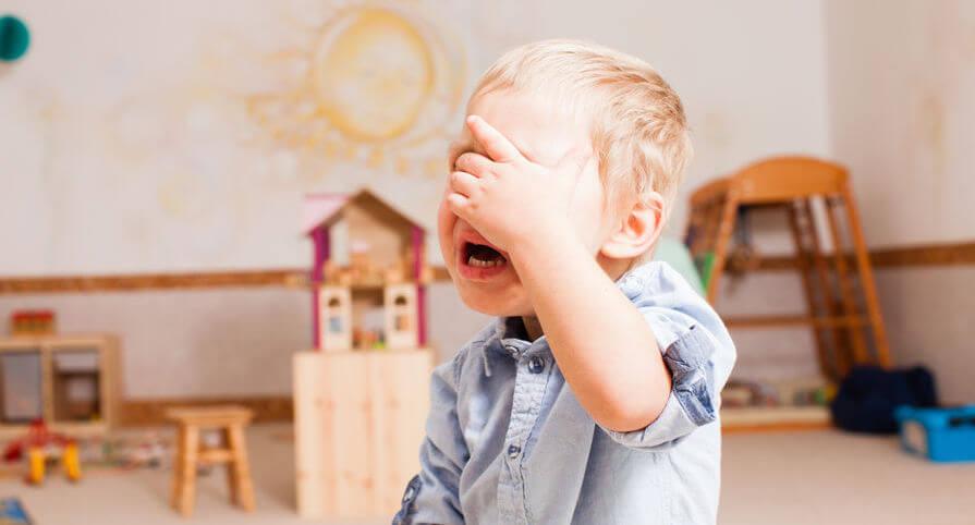 Ребенок плачет и убегает от камеры