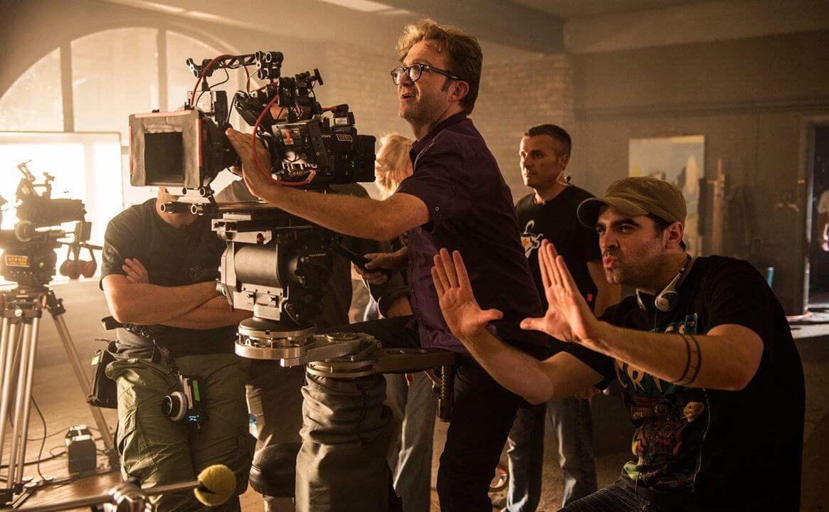 Режиссер управляет съемочным процессом