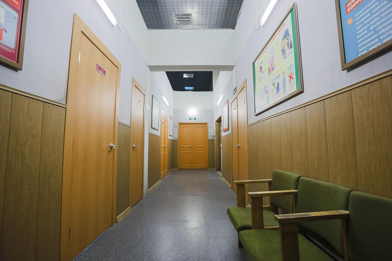 . Наш коридор может быть и школьным, и больничным