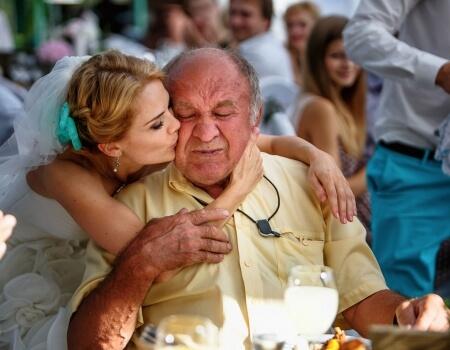 Дочь на свадьбе целует отца