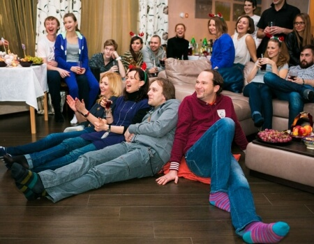 Компания молодых людей смотрит фильм