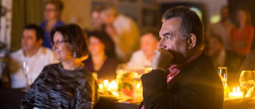 Солидный мужчина смотрит фильм