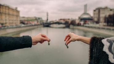 Влюбленные держат ключи на мосту