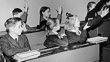 Дети в школе. Черно-белая фотография