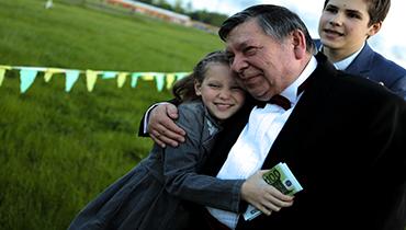 Дедушка обнимает внучку