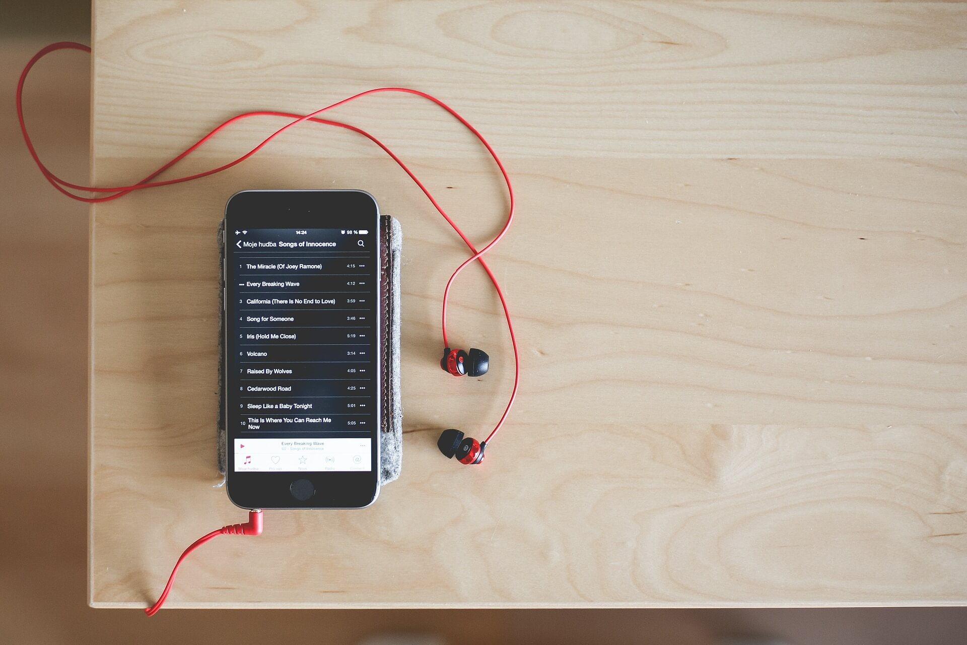 Мобильный телефон с наушниками