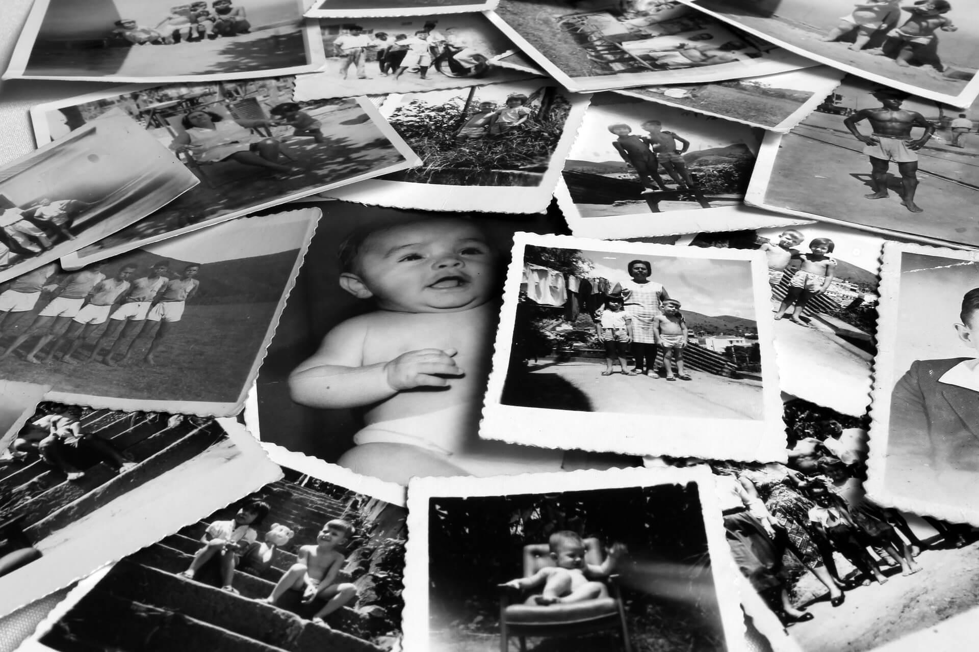 Черно-белые фотографии на столе