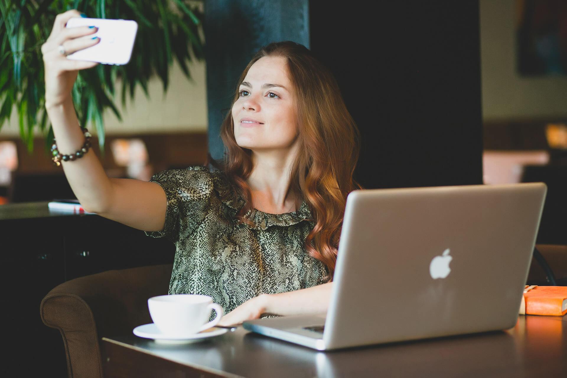Девушка снимает себя на смартфон ifone