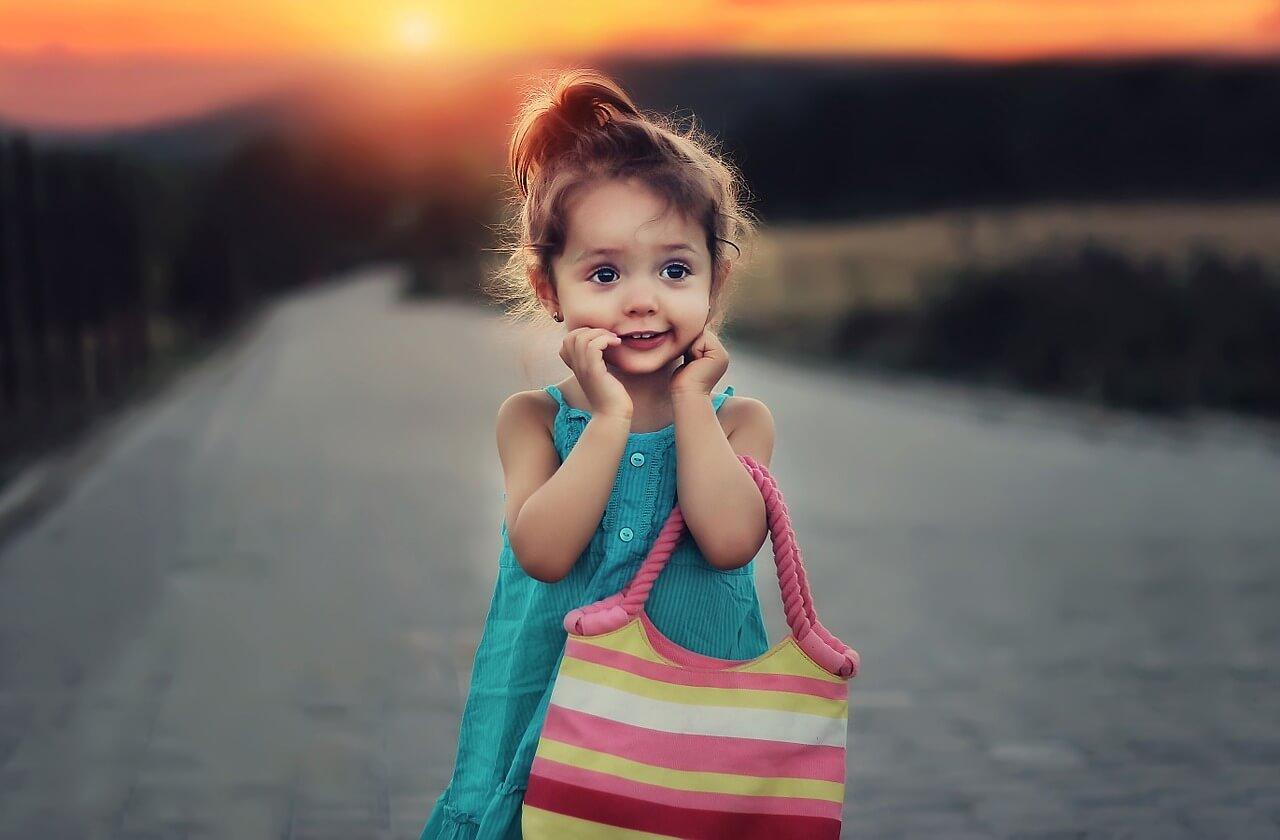 Девочка с сумкой на фоне заката