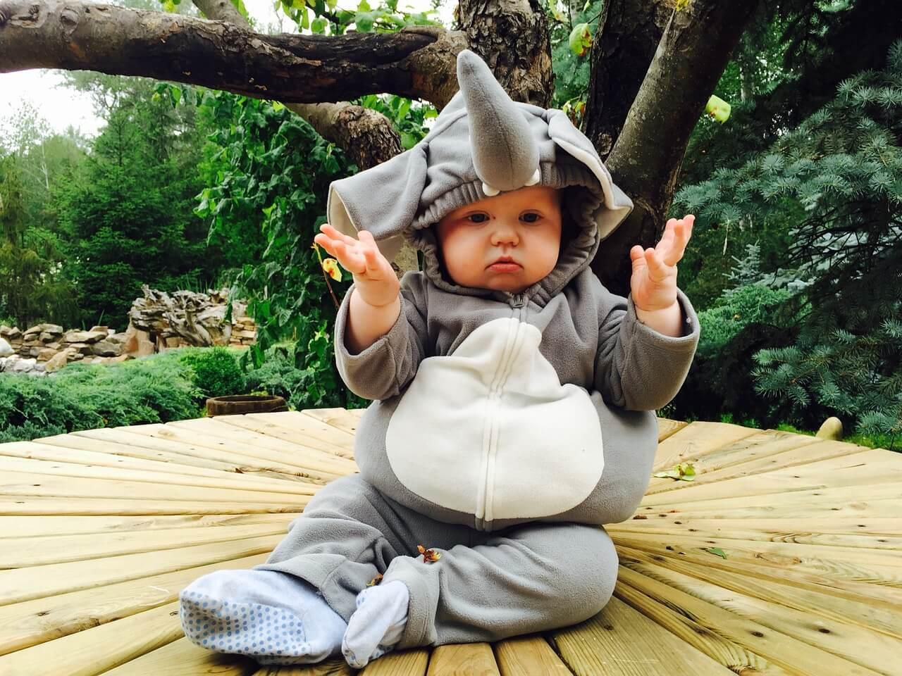 Малыш в костюме слоника