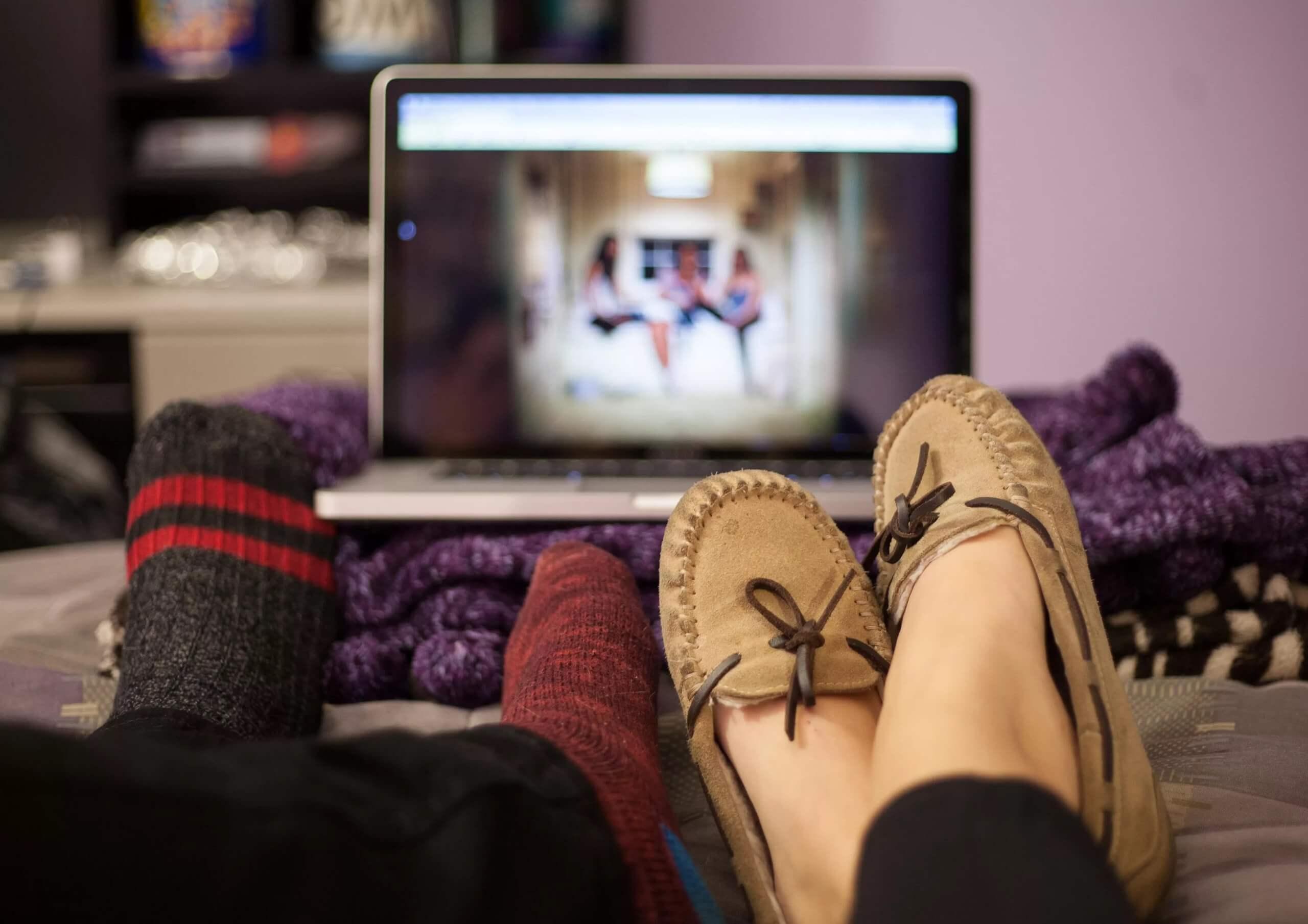 Пара смотрит фильм за ноутбуком